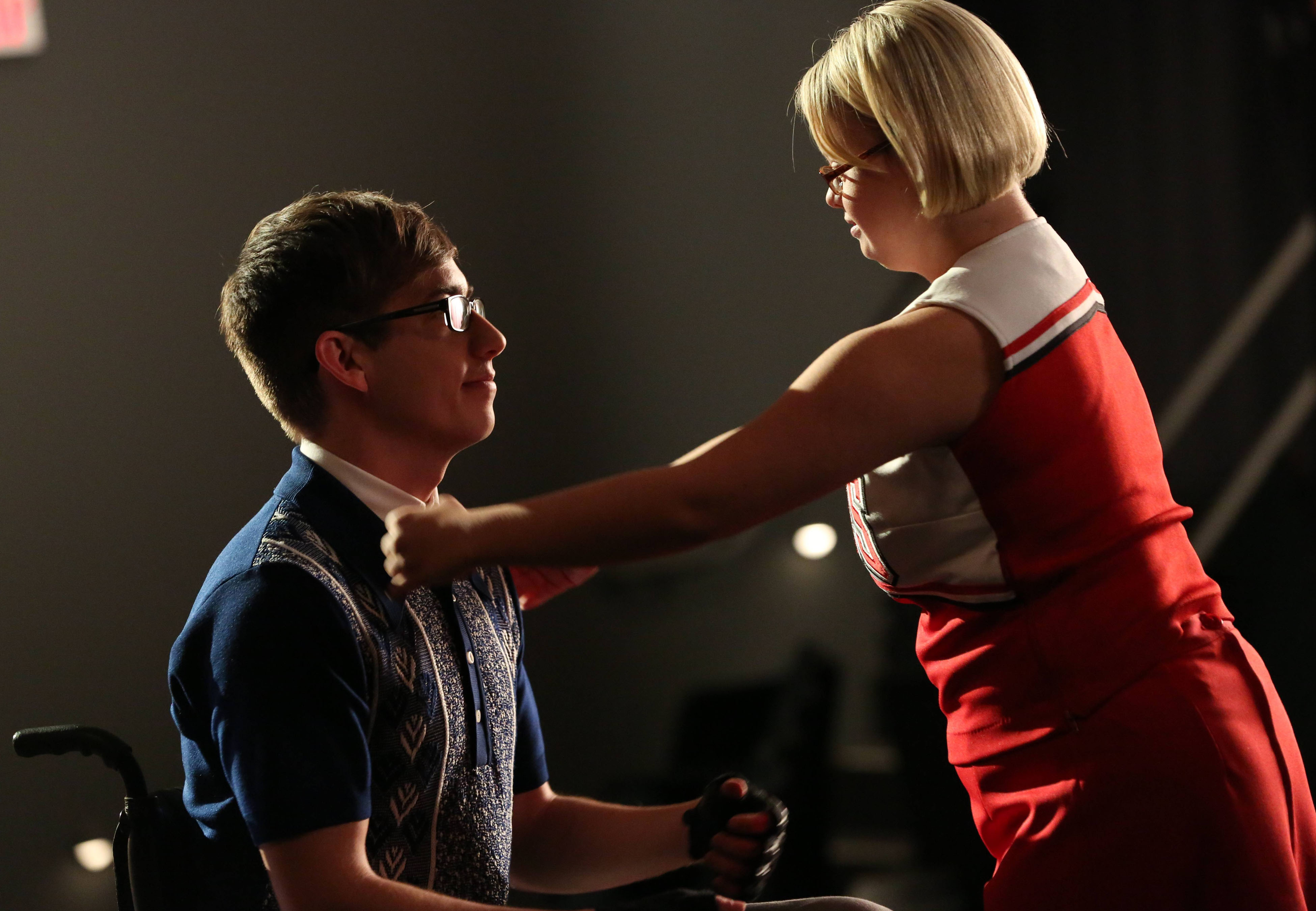 When do Brittney and Artie start dating in glee